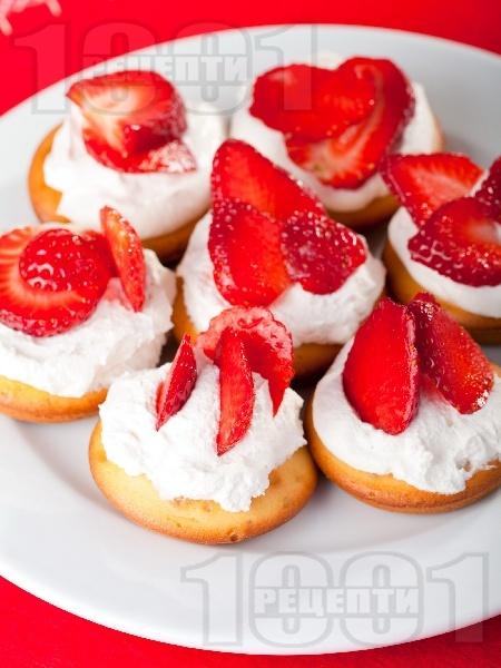 Домашни плодови кексчета със сметана, извара и ягоди - снимка на рецептата